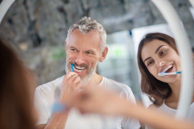 Escovar os dentes ao menos duas vezes ao dia pode ser útil na prevenção contra a gengivite - (Foto: Freepik)