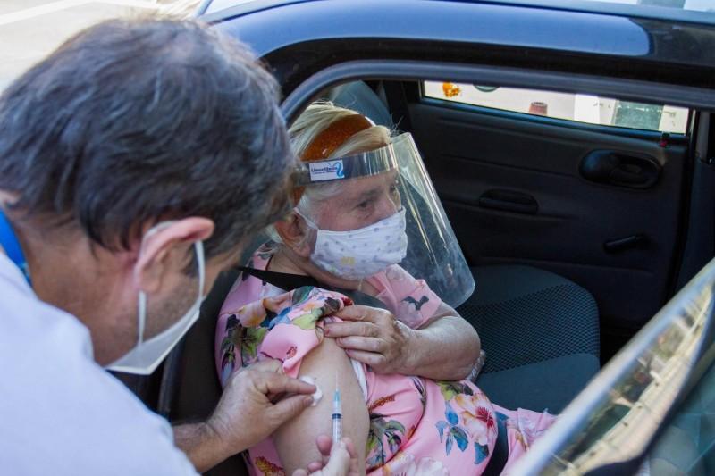 Estudo mostrou queda da mortalidade de idosos por covid-19 após vacinação - (Foto: ROBERTO GARDINALLI/FUTURA PRESS/ESTADÃO CONTEÚDO)